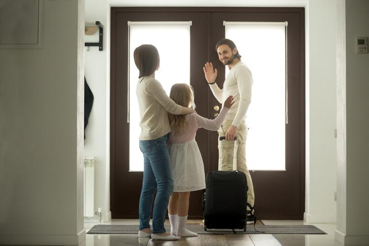 寂しいけれど家族のために(写真:iStock)