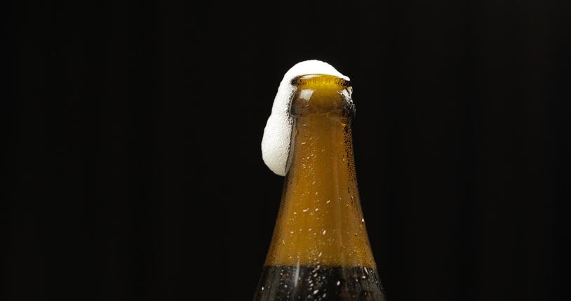 グラビアアイドルが口をつけたビール瓶を…(写真:iStock)