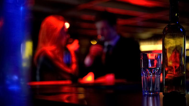 バーで結婚前提の交際を申し込まれ…(写真:iStock)