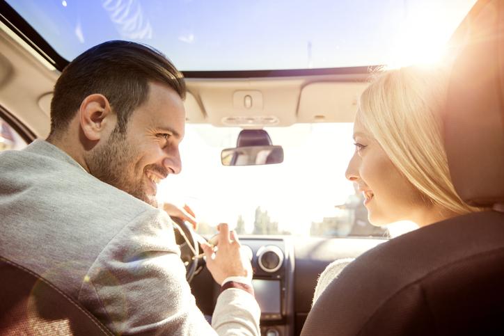 上手な気配りでドライブデートを楽しく(写真:iStock)