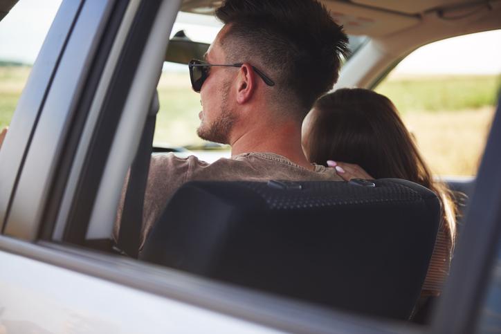 ドライブデートが楽しい季節(写真:iStock)