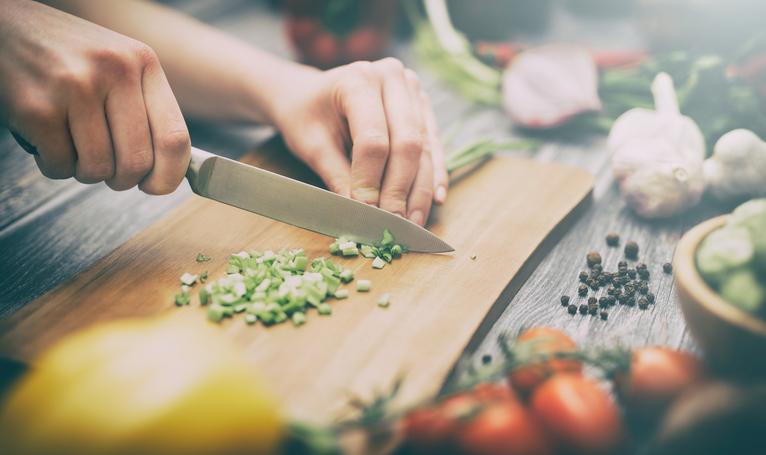 野菜の切り方も丁寧に(写真:iStock)