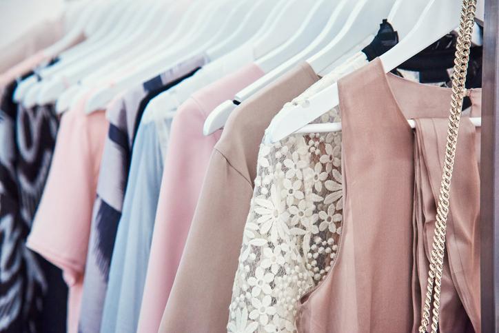 ガーリーすぎる服はもう卒業(写真:iStock)
