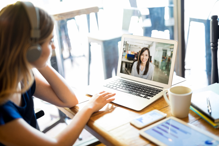 ビデオ会議とかこつけて友人とおしゃべり(写真:iStock)