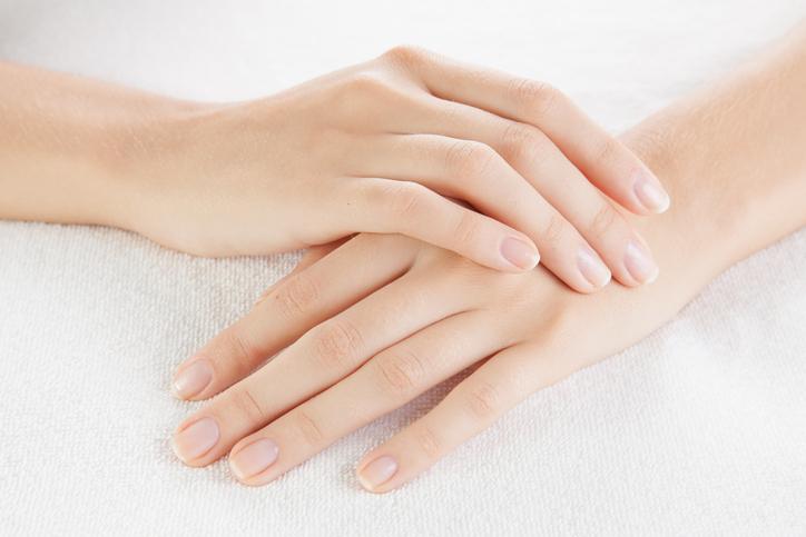 ネイルをオフにして爪の健康状態をチェック(写真:iStock)