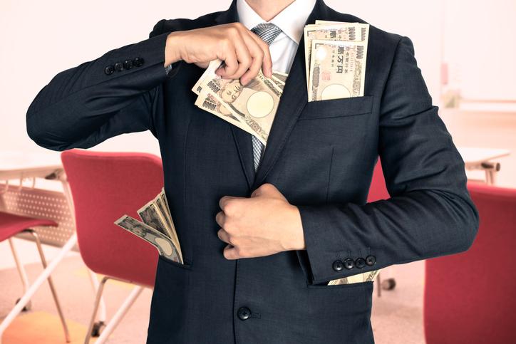 誰からもお金を搾り取ろうとする(写真:iStock)