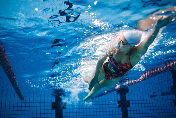 水泳で全身運動とリフレッシュを(写真:iStock)