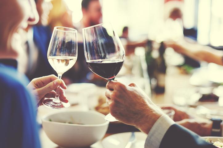 飲み会に参加することも(写真:iStock)