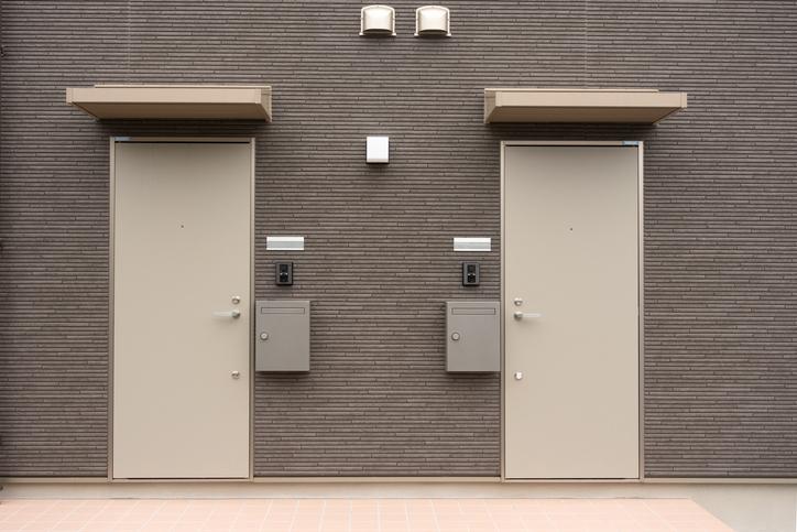 あえて隣に住むという選択(写真:iStock)
