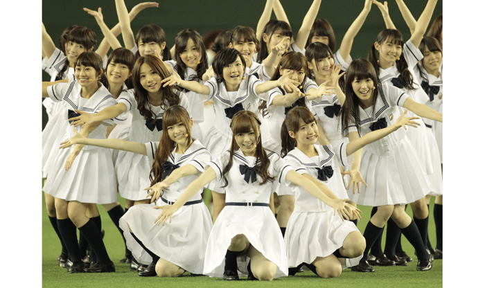 握手型アイドルと言われる48Gや坂道だが、メンバーの人気と作品の良さで握手が無くても多種形態複数枚購入のファンも多い(画像は乃木坂46)/(C)日刊ゲンダイ