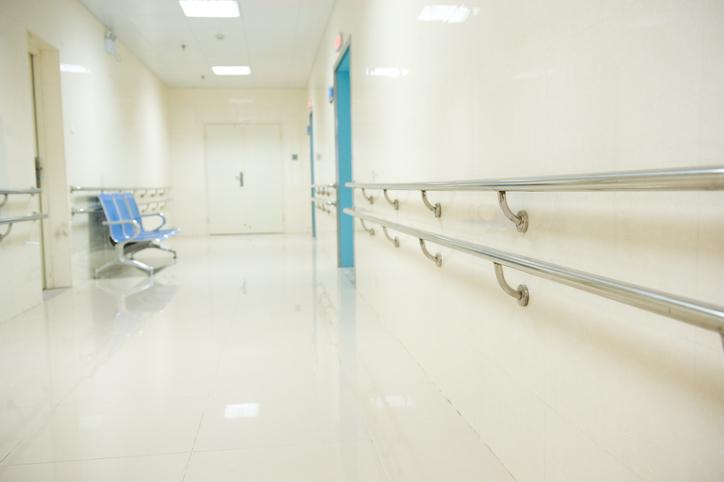 院内を少し歩く以外はおとなしく(写真:iStock)