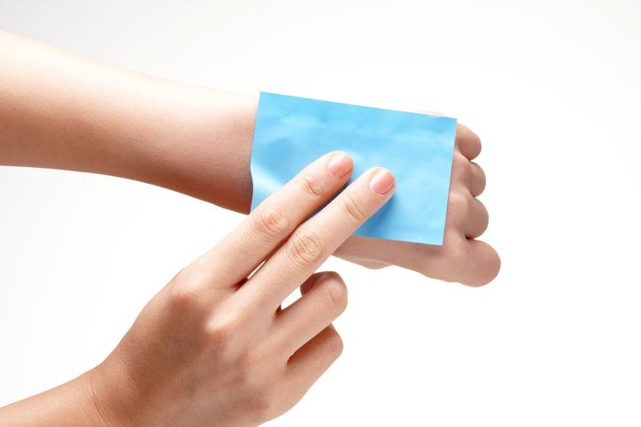 あぶらとり紙の正しい使い方って?(写真:iStock)