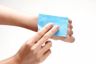 あぶらとり紙で肌トラブルが起こる!?正しい使い方&注意点