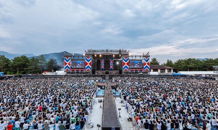 第二夜開始前欅坂46公式Twitterに載せられたライブ会場への入り口と場内。ネット配信でも現地にいるような感覚にさせてくれる/欅坂46公式Twitter(2020年5月30日付)より