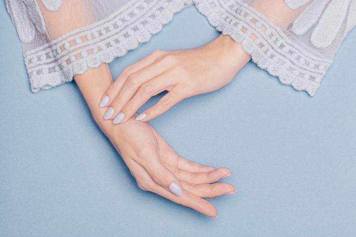 指先まで白い肌って素敵(写真:iStock)