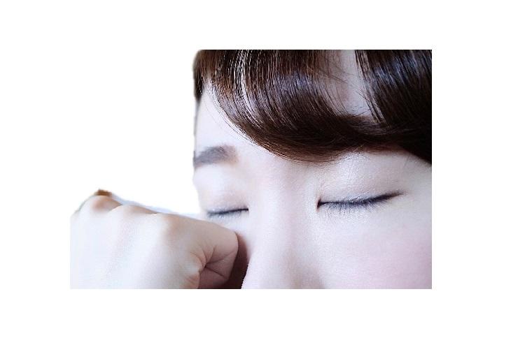 涙袋部分を軽くプッシュ(写真:時短美容協会)