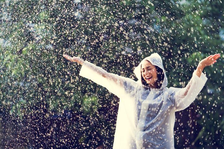 体調が整えば雨でもハッピーになれるかも(写真:iStock)