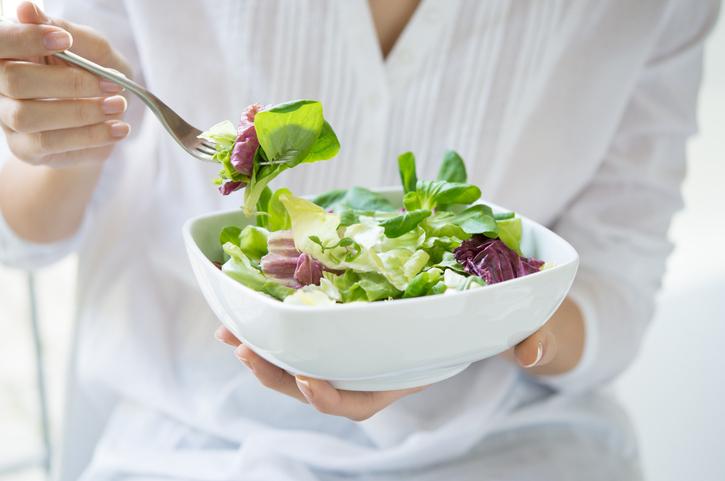 食生活や飲酒習慣も見直したい(写真:iStock)