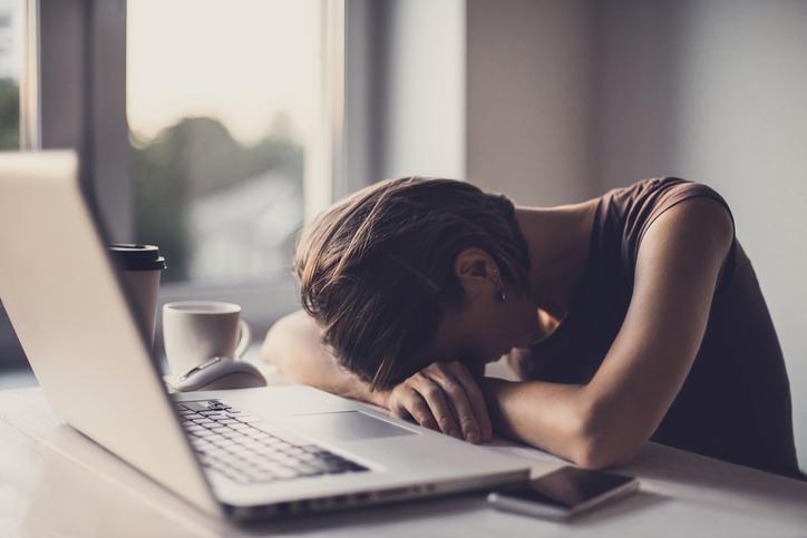 「強いストレス×体調不良」はバセドウ病の可能性も(写真:iStock)