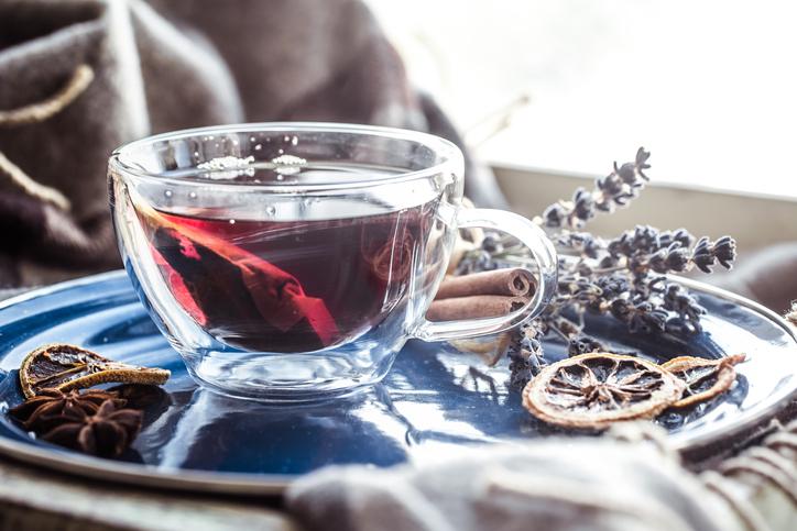 暖かい飲み物で心もお腹も満たされる(写真:iStock)