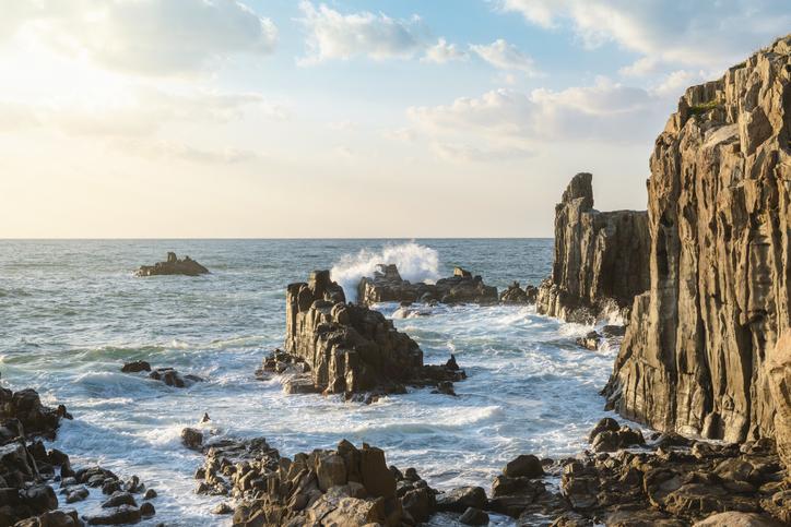 北陸の自然といえば「東尋坊」(写真:iStock)