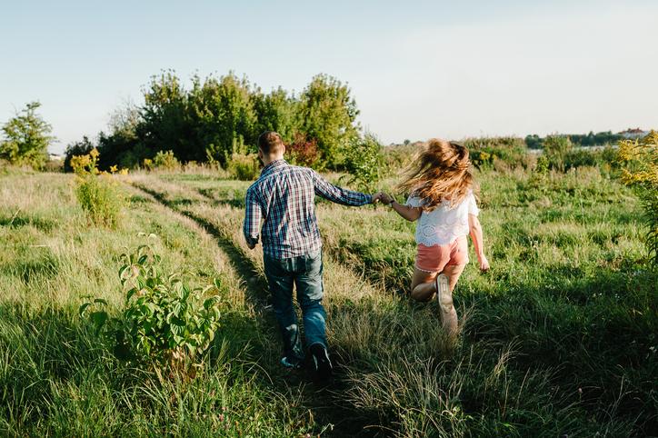 密を避けてお散歩デート(写真:iStock)