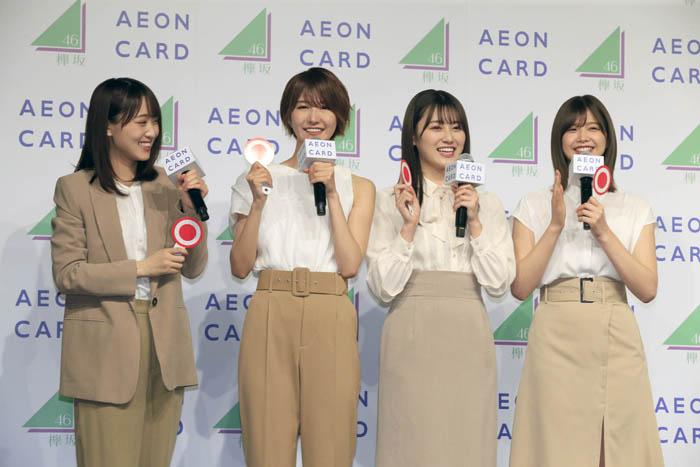 菅井(左端)や渡邉(右端)ら平手周りにいたお姉さんメンバーが一斉に寄り添い励ました/(C)日刊ゲンダイ