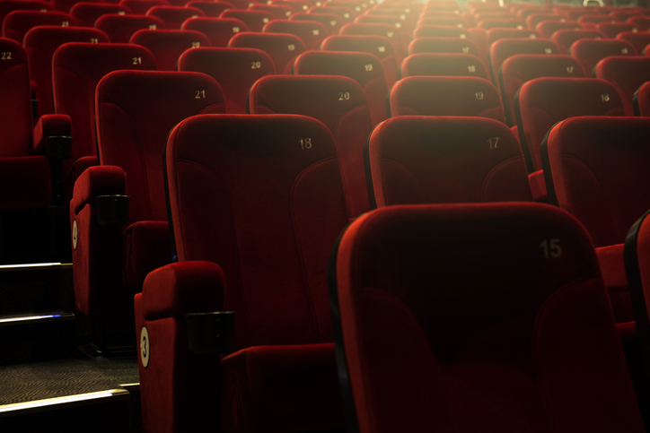 劇場で推しを応援する楽しみは…(写真:iStock)