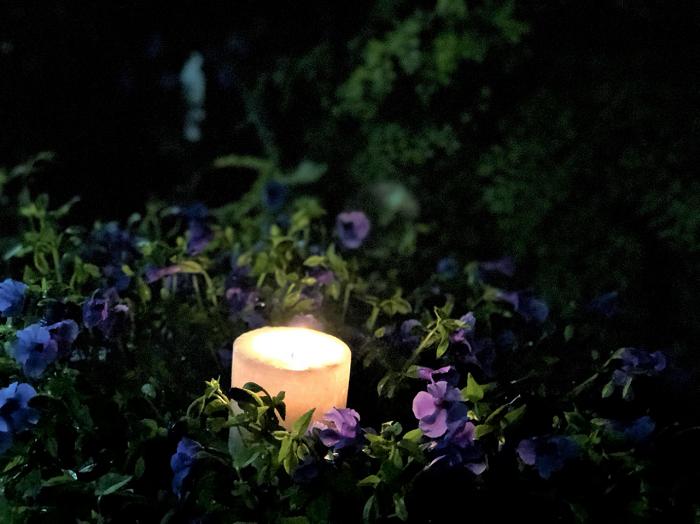 仕事が終わらない真夜中、気分転換に店外でキャンドルを灯します。