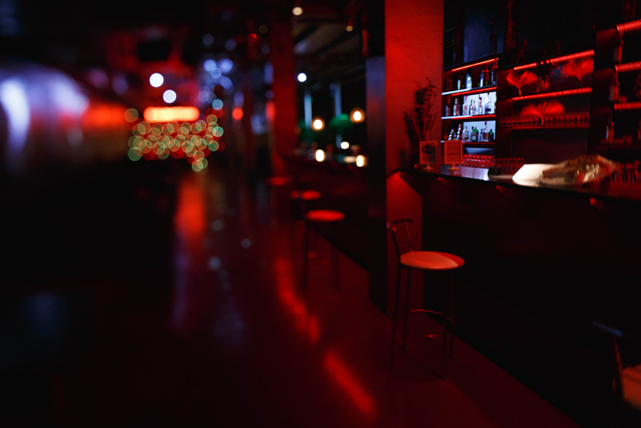 バーでのナイショ話ってなぜか盛り上がりますよね(写真:iStock)