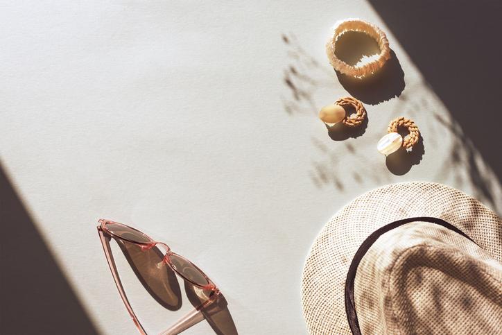 帽子や日傘は欠かせない(写真:iStock)