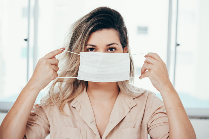 マスクの下はおばさん顔!?(写真:iStock)
