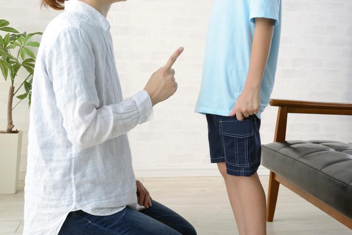 「ニヤニヤしないでちゃんと聞きなさい!」(写真:iStock)