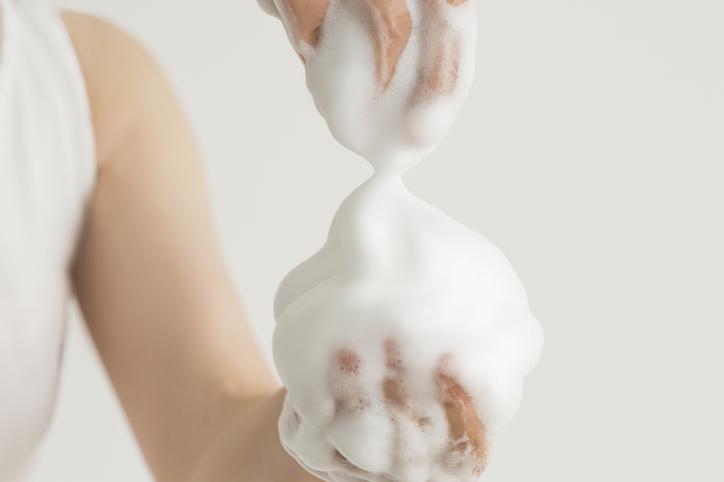 ポイントは濃密な泡で洗うこと(写真:iStock)