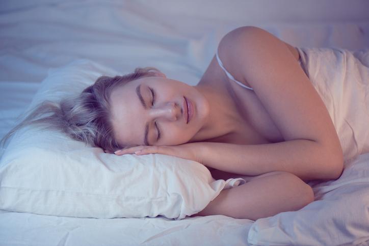 眠ってる間もバストケア(写真:iStock)