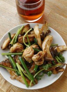 「エビとエリンギの炒め」タレが絡んだ具材の食感を楽しむ
