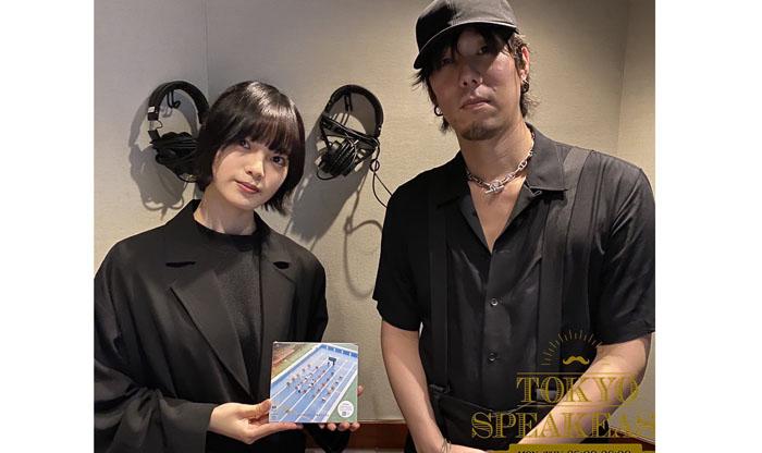 初対面だったが、以前からRADWIMPSの楽曲のファンだった平手(左)と、彼女とのコラボ構想にも触れた野田(右)/TOKYO SPEAKEASY公式Twitter(2020年9月9日付)より