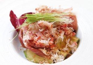 鰹節がうま味を引き出す「アボカドとカニと生ハムのサラダ」