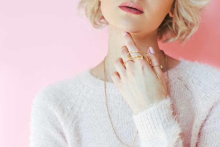 キレイ色の洋服とアクセサリーで華やかに(写真:iStock)