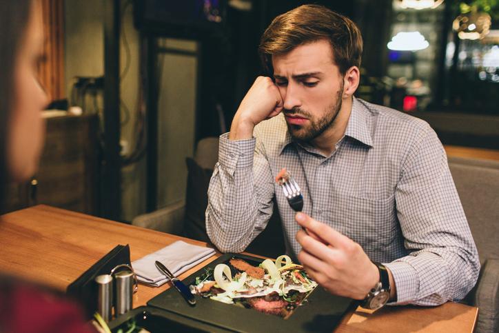 月1回食事だけの関係なのに…(写真:iStock)