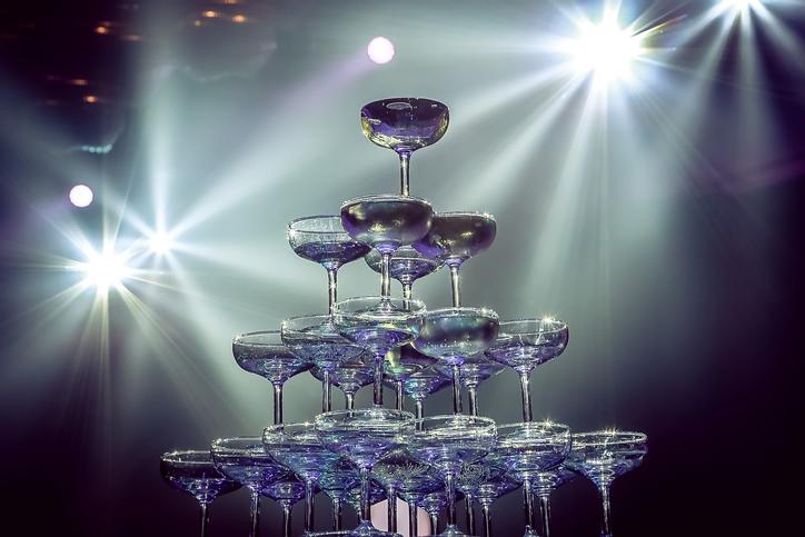 シャンパンタワーはもう古い?(写真:iStock)