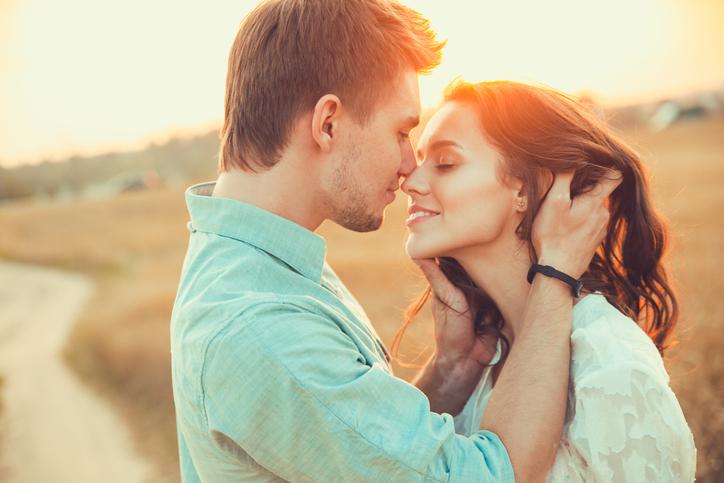 「謙虚さ」が恋も幸せも呼び寄せる(写真:iStock)
