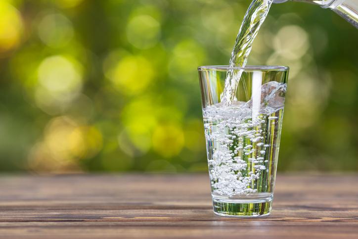 水の適切な飲み方知ってる?(写真:iStock)