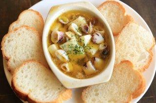 「ヤリイカと長芋のアヒージョ」熱いものは熱いうちに食す