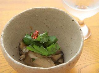「牡蠣のコンフィとパクチー」香草と和えるとワインに合う