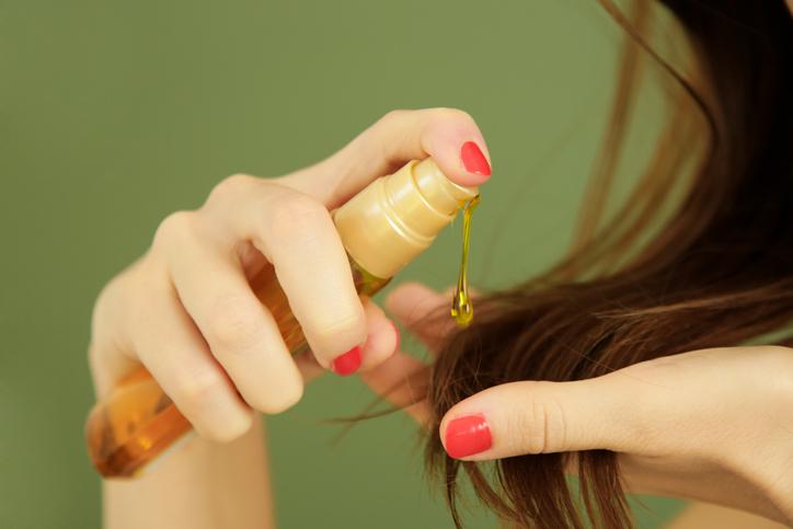 ヘアオイルで美髪に(写真:iStock)