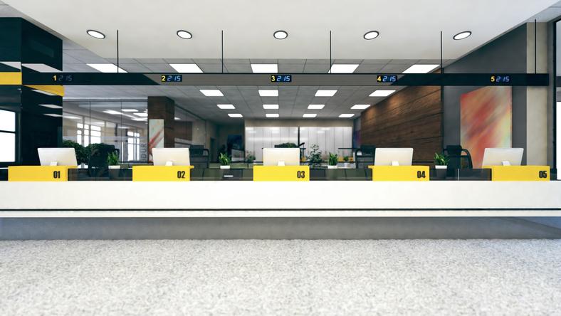 銀行窓口で両替(写真:iStock)