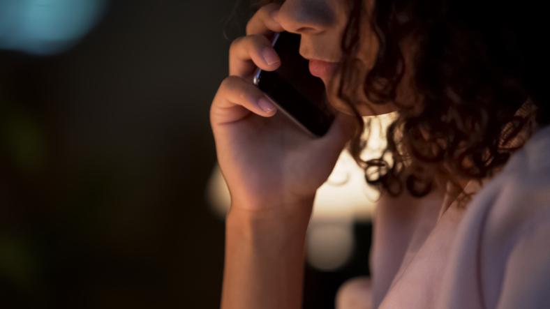 何回も何回も電話をしてしまう…(写真:iStock)