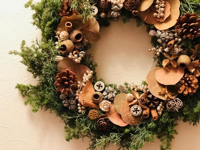 色々な種類の松ぼっくりや木の実をいれたクリスマスリース