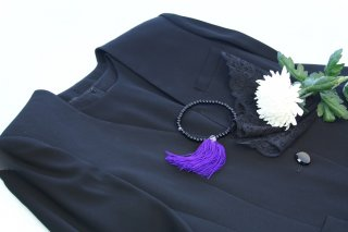 お葬式に黒いタイツはダメ?寒い日の防寒対策&喪服のマナー